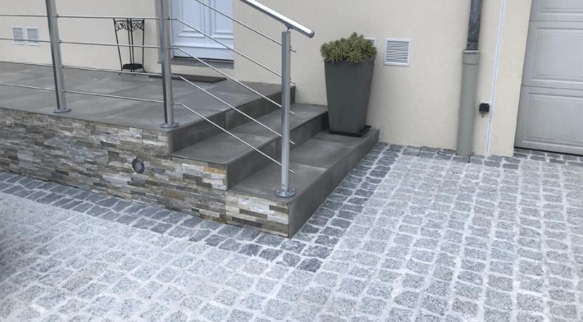 terrasse surélevée en béton avec carrelage